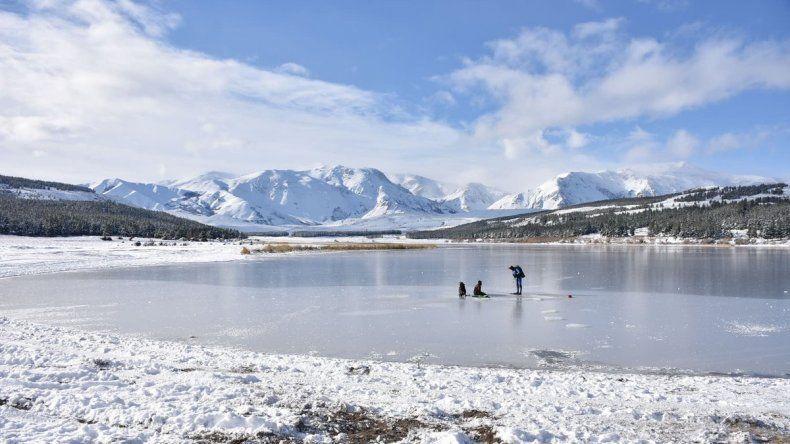 Las temperaturas bajo cero congelaron la laguna La Zeta cerca de Esquel.