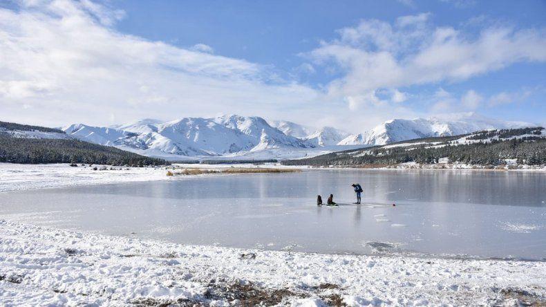 Por las bajas temperaturas se congelaron dos lagunas de Esquel