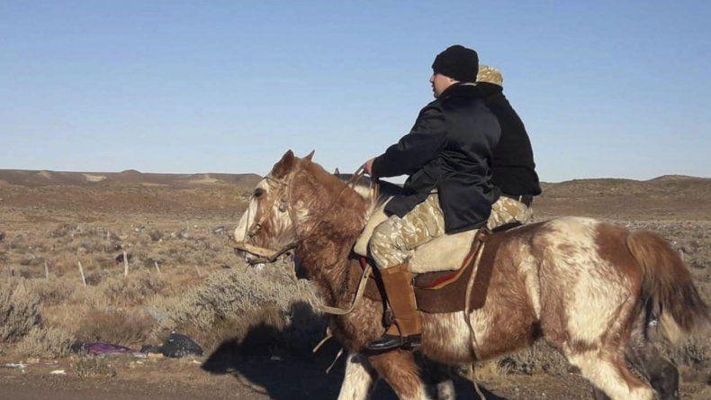 Policías montados a caballo y otros utilizando motos recorrieron una extensa zona de playa y campos al sur del puerto Caleta Paula en busca del joven que se encuentra desaparecido desde el sábado.