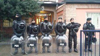 Agentes de la Policía Aeroportuaria custodian el edificio público. Foto: DeBariloche
