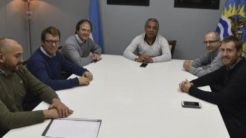 Las tensas relaciones entre el jefe comunal de Cañadón Seco, Jorge Soloaga, e YPF comenzaron a aflojar con la visita que realizó ayer a esa localidad el CEO de la operadora.