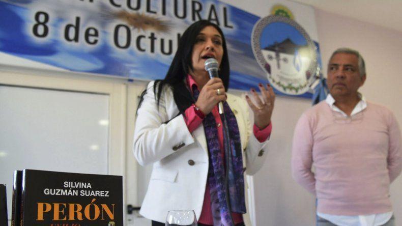 Silvina Guzmán Suárez presentó su nuevo libro sobre la historia de Juan Domingo Perón en la comisión de fomento de Cañadón Seco.