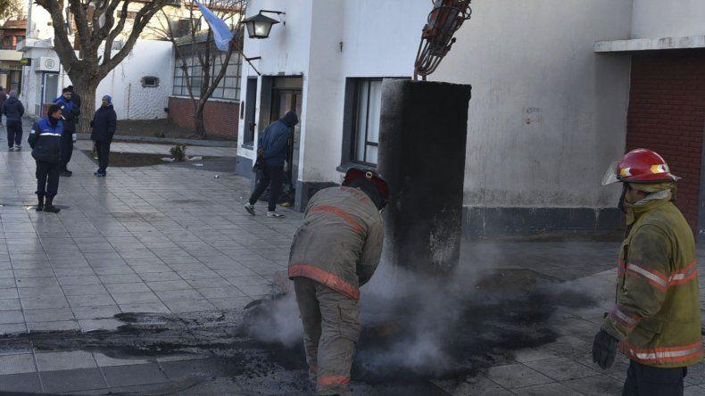 Bomberos de la Unidad Quinta apagaron las llamas en neumáticos que encendieron los manifestantes frente al edificio central del municipio.