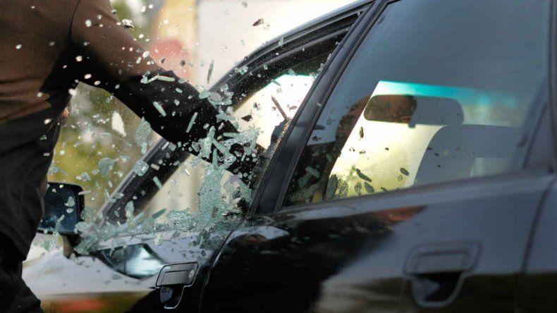 Le chocaron el auto, le pusieron una pistola en la cabeza y le robaron 10 mil pesos