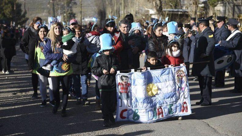 Escuelas e instituciones barriales participaron junto a las fuerzas armadas en el desfile patrio.