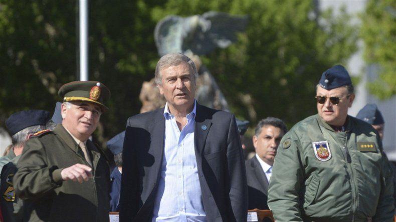 Oscar Aguad se vio obligado a revisar el aumento salarial otorgado a las fuerzas armadas frente al malestar existente.