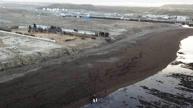 Vista aérea tomada por un drone del Canal 2 de Televisión de Caleta Olivia donde se observa la zona de la playa donde fue hallado el cuerpo del joven.