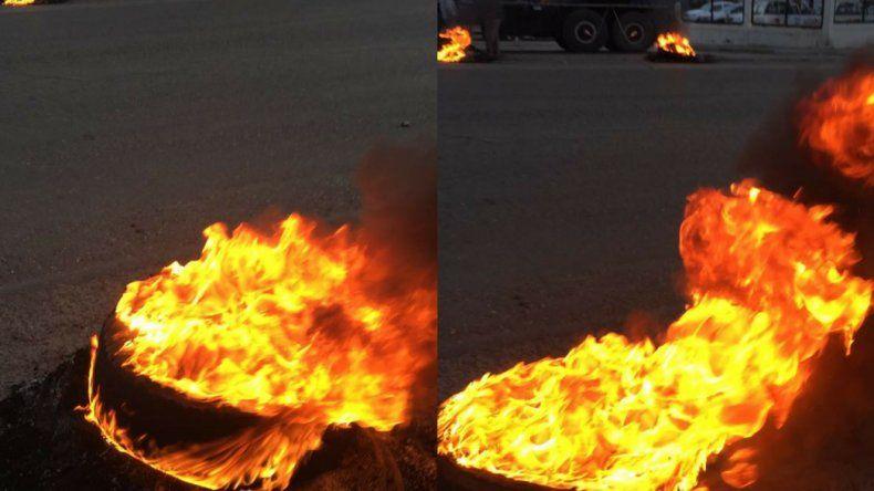 Petroleros queman cubiertas en el ingreso a Manantiales Behr