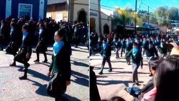 alumnos de una escuela marcharon como militares con el panuelo celeste