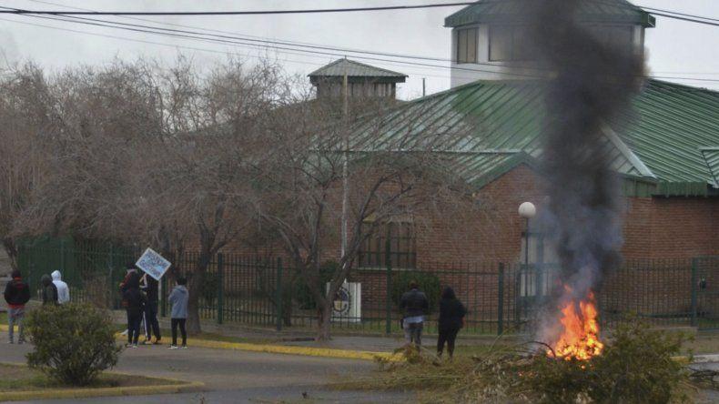 El edificio de la Cámara del Crimen donde se dictó la sentencia fue el primero en ser bloqueado por los manifestantes que quemaron cubiertas y ramas.