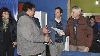 El intendente Carlos Linares entregó ayer el documento oficial que les permitirá a 10 familias de Radio Estación acceder a la titularidad del terreno.