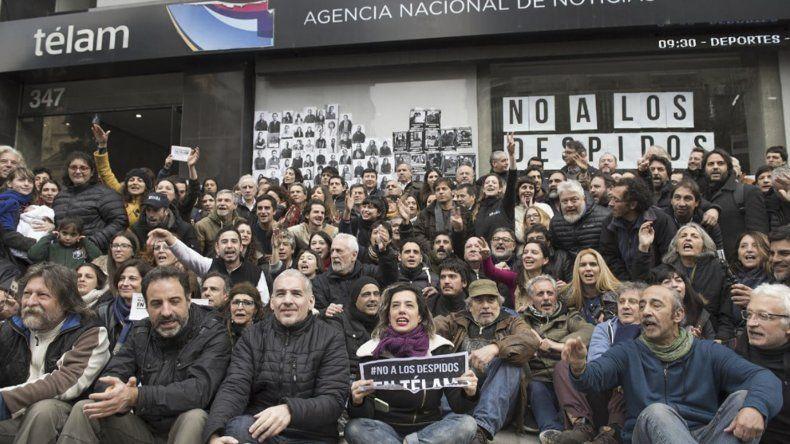 Los trabajadores de Télam ayer realizaron un abrazo simbólico al edificio de la agencia de noticias.