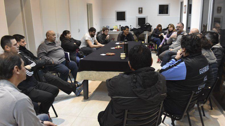 Funcionarios municipales y dirigentes barriales en reunión de conformación del Consejo Directivo.