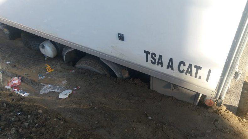 Se hundió en el asfalto un camión lleno de carne