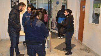 Personal policial de la División Criminalística dialoga con algunos organizadores del encuentro deportivo. A la derecha, la oficina a la cual ingresaron los asaltantes.