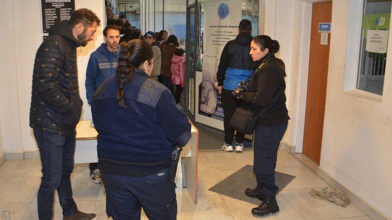 Personal policial de la División Criminalística dialoga con algunos organizadores del encuentro deportivo. A la derecha