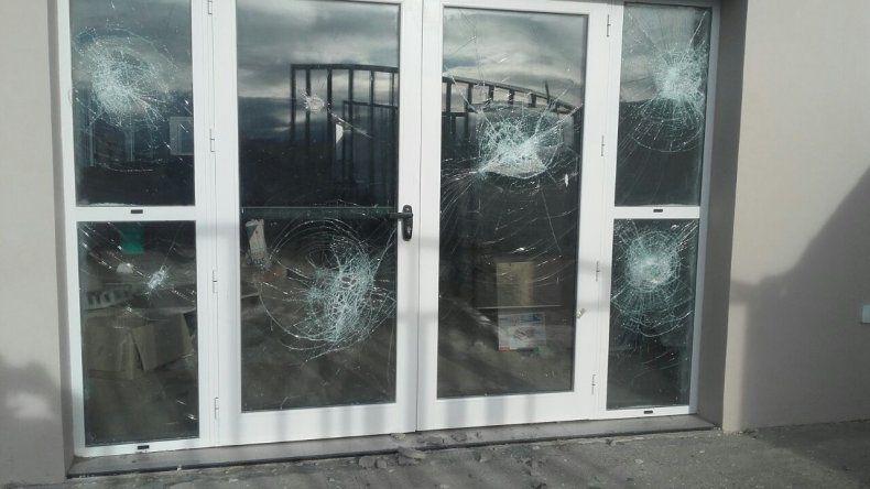 Los vándalos destrozaron la totalidad de los vidrios de las nuevas oficinas del cementerio de Kilómetro 9.