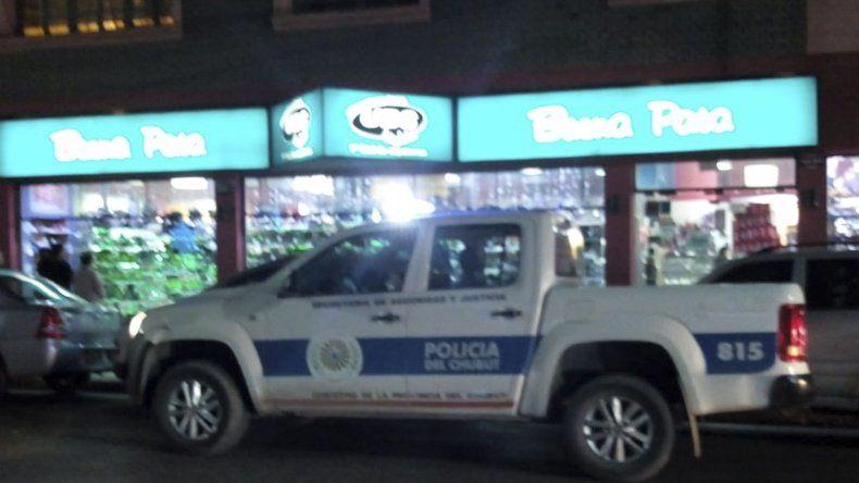 Tras el robo la policía interviene en el local de la avenida Rivadavia casi Belgrano.