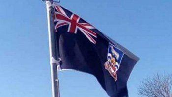 izaron la bandera britanica de malvinas en un acto oficial por el 9 de julio