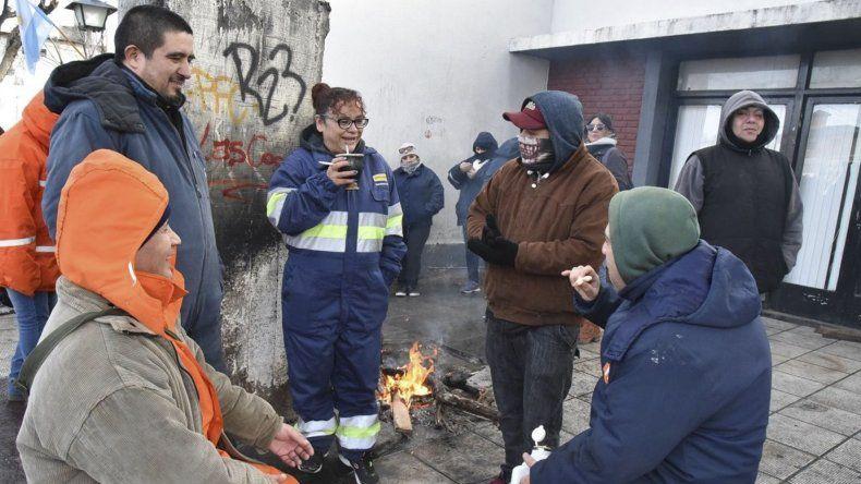 Parte de los municipales que llevan adelante la medida de fuerza se apostaron en las puertas de acceso al edificio central donde encendieron una fogata.