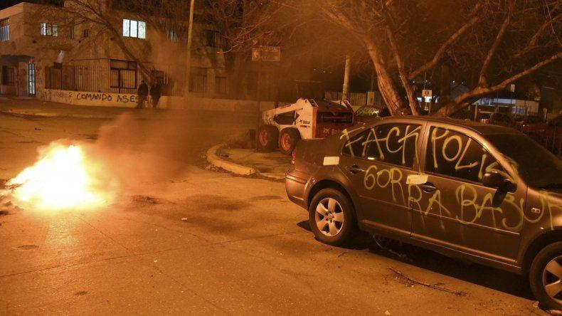 Los manifestantes encendieron una fogata y pintaron con aerosoles agresivas leyendas en un auto particular y en la fachada del edificio de juzgados de instrucción.
