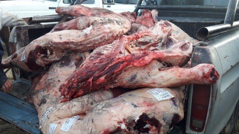 Volcó un camión con carne y los vecinos se llevaron toda la mercadería