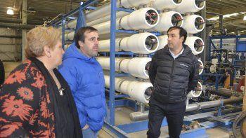 El presidente del Instituto de Desarrollo Urbano y Vivienda, Pablo Grasso –derecha– visitó ayer la Planta de Osmosis Inversa acompañado por Juan José Naves y María Ester Labado.