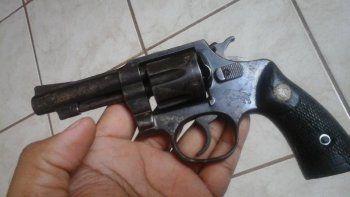 lo descubrieron ocultando en los yuyos un arma que disparo