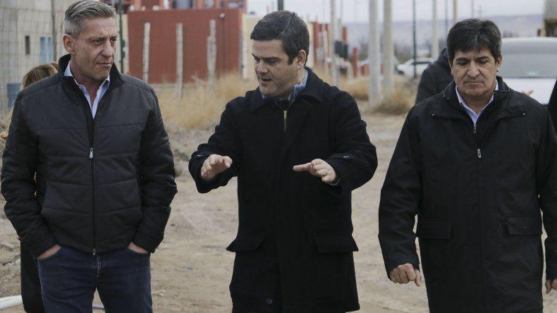 El gobernador Mariano Arcioni al recorrer obras ayer en el Valle