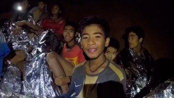 los 12 chicos tailandeses rescatados se convertiran en monjes budistas
