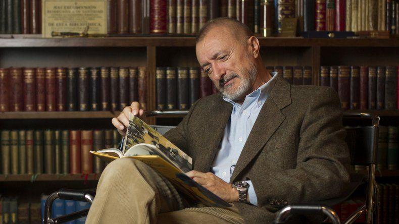 Pérez Reverte amenazó con dejar la RAE si el lenguaje inclusivo llega a la Constitución española