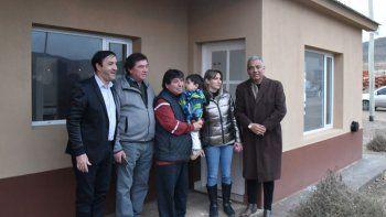 Pablo Grasso y Jorge Soloaga acompañaron a las familias adjudicatarias a tomar posesión de las flamantes viviendas.