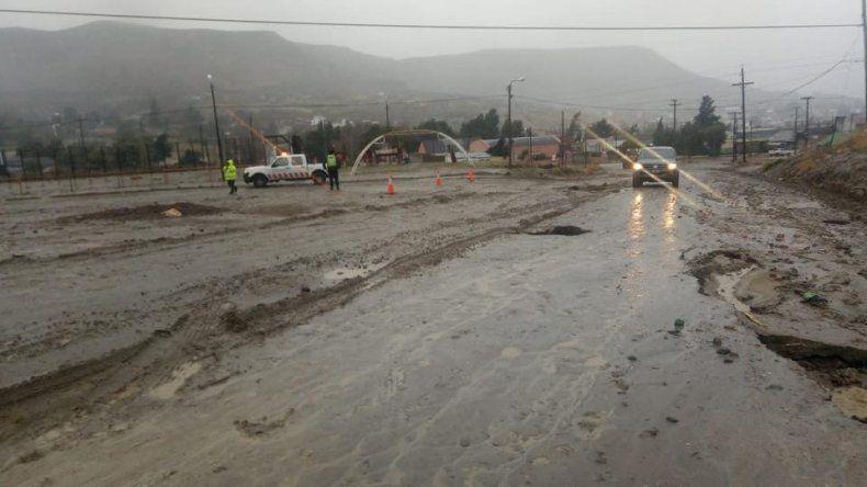 En el camino de la antigua caballeriza de Kilómetro 3 cedió la calzada producto de las intensas precipitaciones.