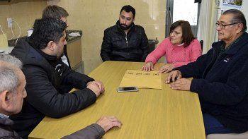 Tras reunirse con los referentes de la institución, los funcionarios municipales visitaron el predio donde comenzó a construirse la sede.