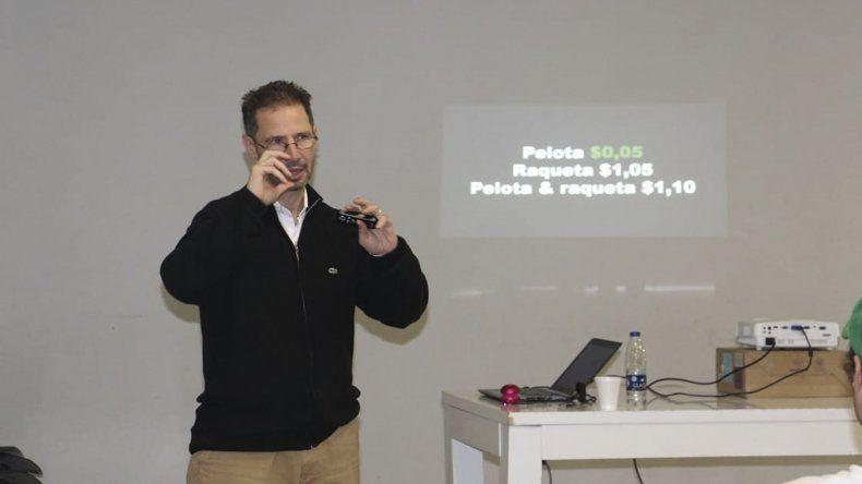 Carlos Saggio dictando una capacitación sobre psicología deportiva que se llevó a cabo en el gimnasio municipal 4.