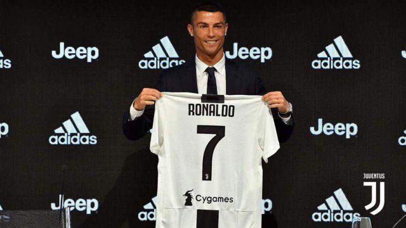 El portugués Cristiano Ronaldo durante su presentación como nuevo refuerzo de la Juventus de Italia.