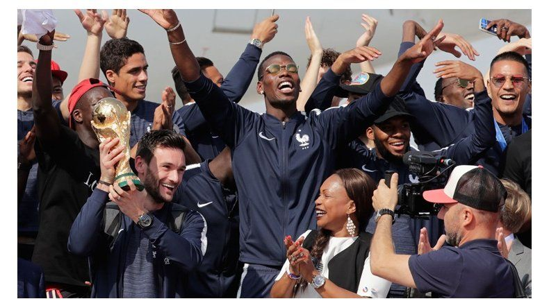 La selección francesa de fútbol tuvo un brillante recibimiento en París.