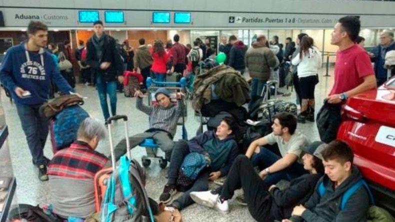 Flybondi dejó a 180 pasajeros varados y les ofrece viajar en colectivo
