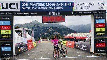 Marcial Larrauri posa orgullosa con su bicicleta en Andorra.