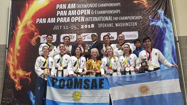 El grupo de taekwondistas argentinos que participó en el torneo Panamericano que se llevó a cabo en los Estados Unidos.