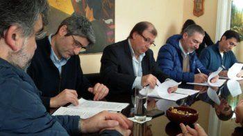 La firma de acuerdos enmarcados en el Programa de Responsabilidad Social y Empresaria fue presidida por el intendente Antonio Tomasso, a quien se observa en el centro.