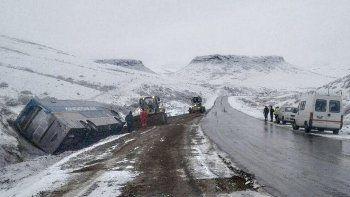 Según la Policía y la empresa, la unidad no viajaba a gran velocidad, por lo que volcó parcialmente hacia un costado al despistarse.
