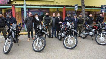 Autoridades municipales entregaron cinco motos a la policía para reforzar la seguridad pública.