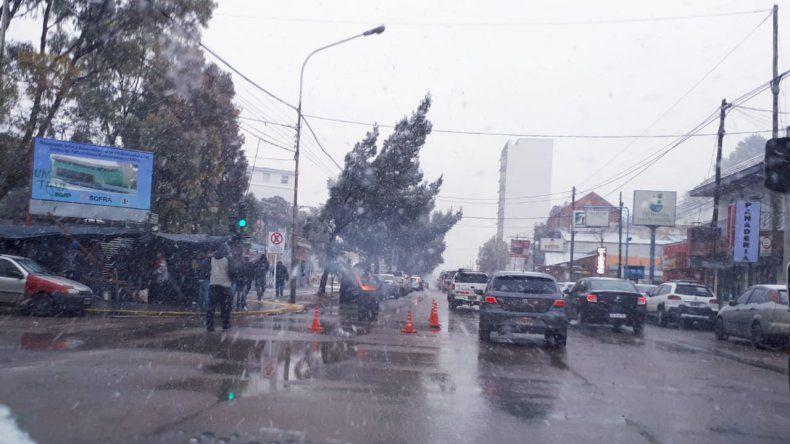 Trabajadores de UOCRA siguen reclamando afuera del Hospital