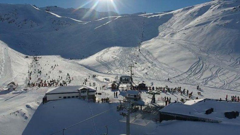 Hoy abrió el centro de esquí La Hoya con precios de temporada baja