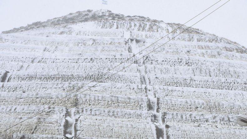 El cerro Chenque completamente vestido de blanco.