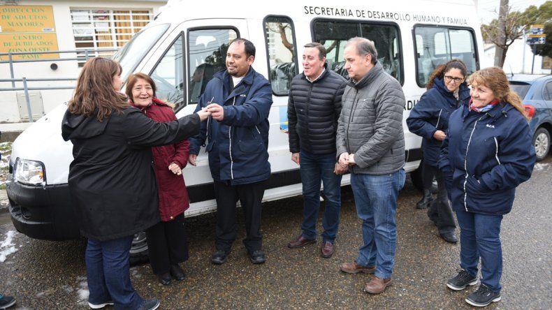 El momento de la entrega del vehículo destinado a la Dirección Municipal de Adultos Mayores.