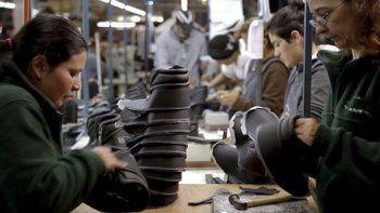 Las fábricas de productos de cuero buscan sobrevivir en un contexto de caída del consumo, suba de costos y apertura indiscriminada de las importaciones.