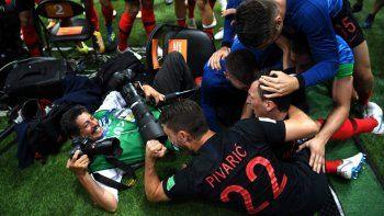 el regalo que le haran al fotografo que fue aplastado por los jugadores de croacia