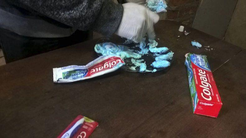 La droga envuelta en pequeños trozos de látex había sido intruducida al tubo de crema dental.